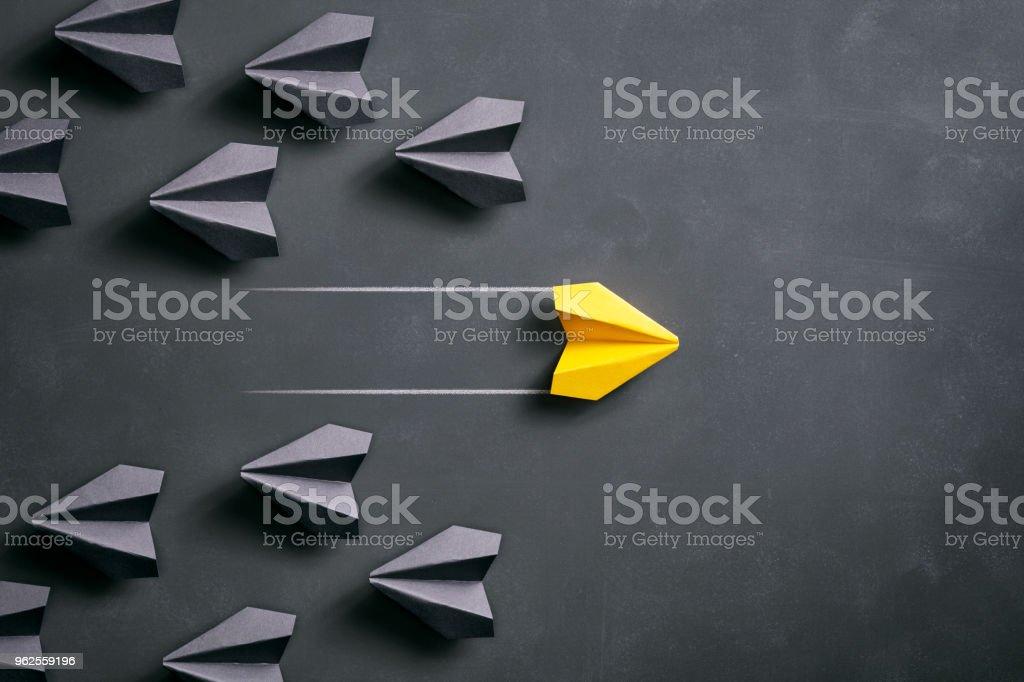 Papierflieger auf Tafel - Origami gelbe Konzept – Foto