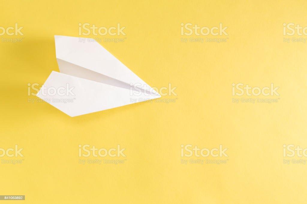 Avion en papier jaune - Photo