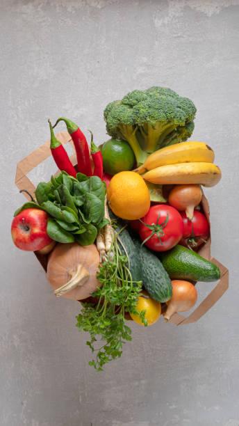 bolsa de papel, carne de mármol, verduras orgánicas, ecofrutas, algodón orgánico, ecológico, carne de res, carne de res, - lifestyle color background fotografías e imágenes de stock