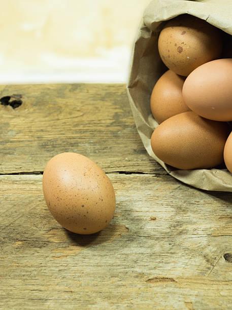 Papiertüte mit Eier auf Tisch – Foto