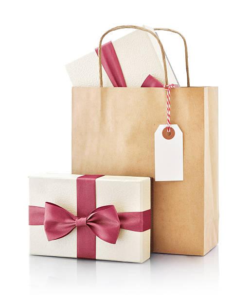papiertüte mit geschenk - günstige weihnachtsgeschenke stock-fotos und bilder