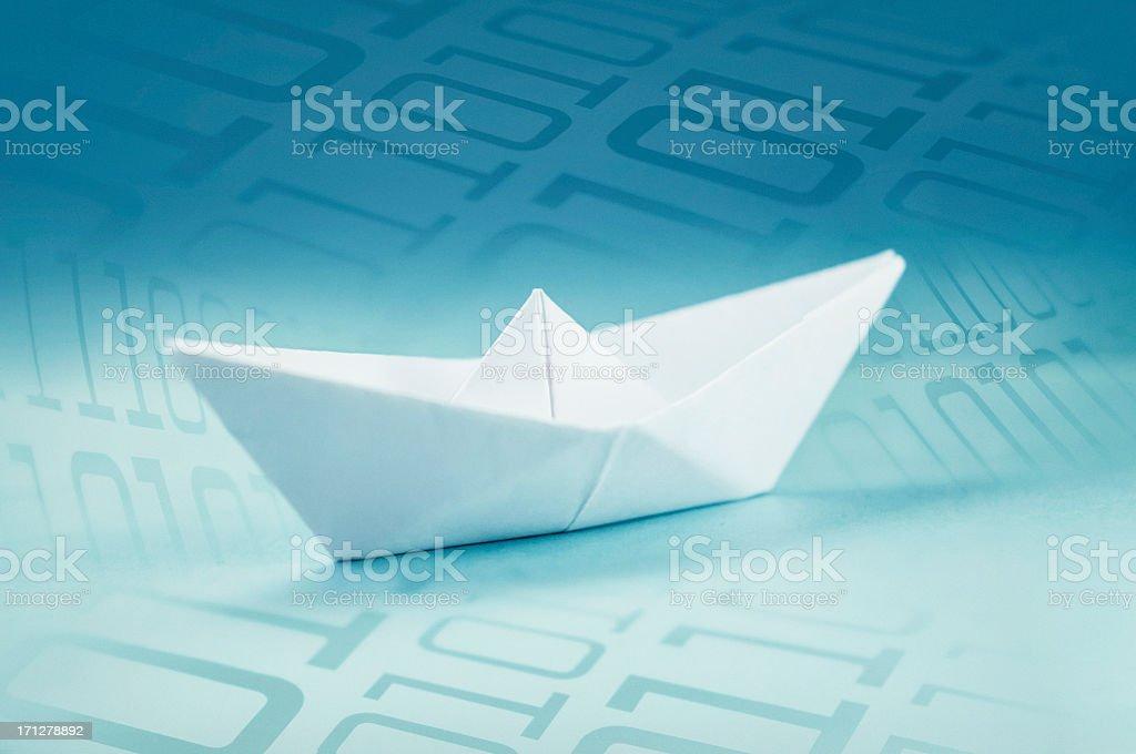 Papierschiff umgeben von Binärcode – Foto