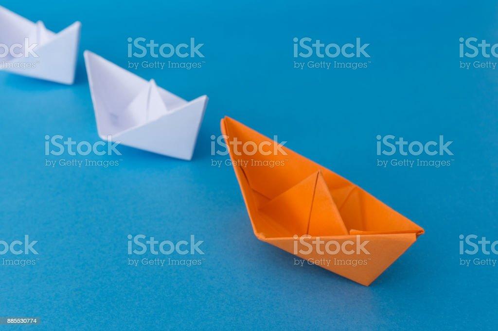 Barquinhos de papel - conceito de liderança - foto de acervo