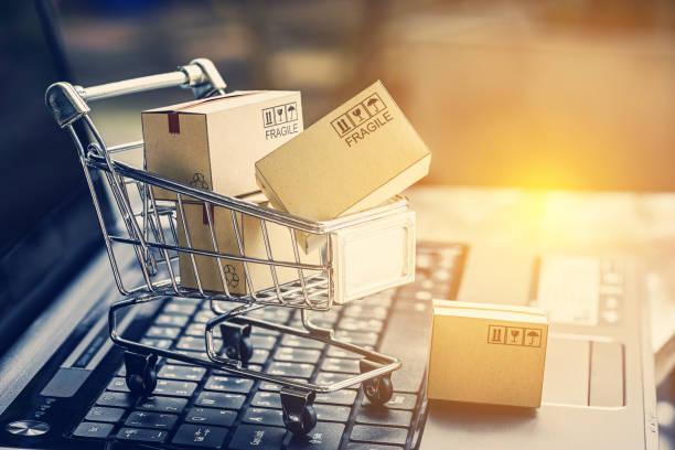papier selectievakjes in een winkelwagentje op een laptop toetsenbord. ideeën over e-commerce, e-commerce of elektronische handel is een transactie voor kopen of verkopen van goederen of diensten online via het internet. - webshop stockfoto's en -beelden