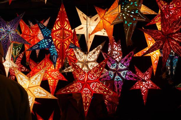 papier-weihnachtssterne - weihnachtssterne aus papier stock-fotos und bilder