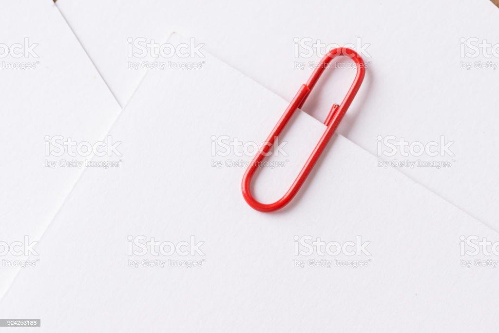 Büroklammer Mit Leeren Weißen Visitenkarte Stockfoto Und