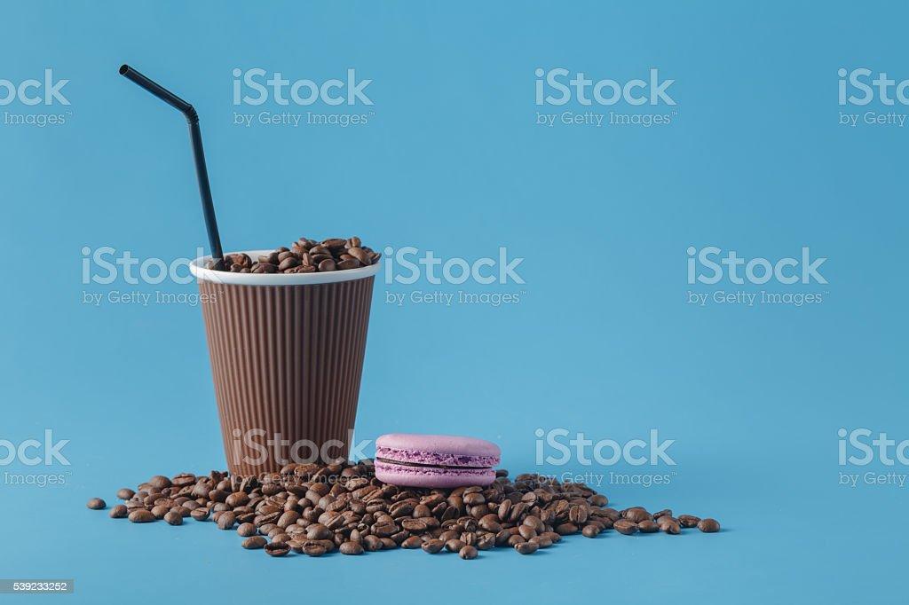 Paper cup on blue background foto de stock libre de derechos