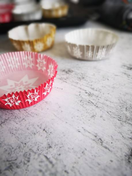 papierkuchenformen auf weißem hintergrund - kochen mit oliver stock-fotos und bilder