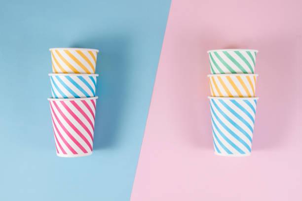 pappbecher auf weichen blau rosa hintergrund - farbiges glas stock-fotos und bilder