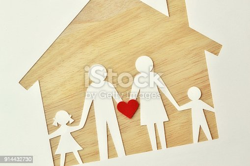 958039576istockphoto Paper family cut-out and house - Love and family union concept 914432730