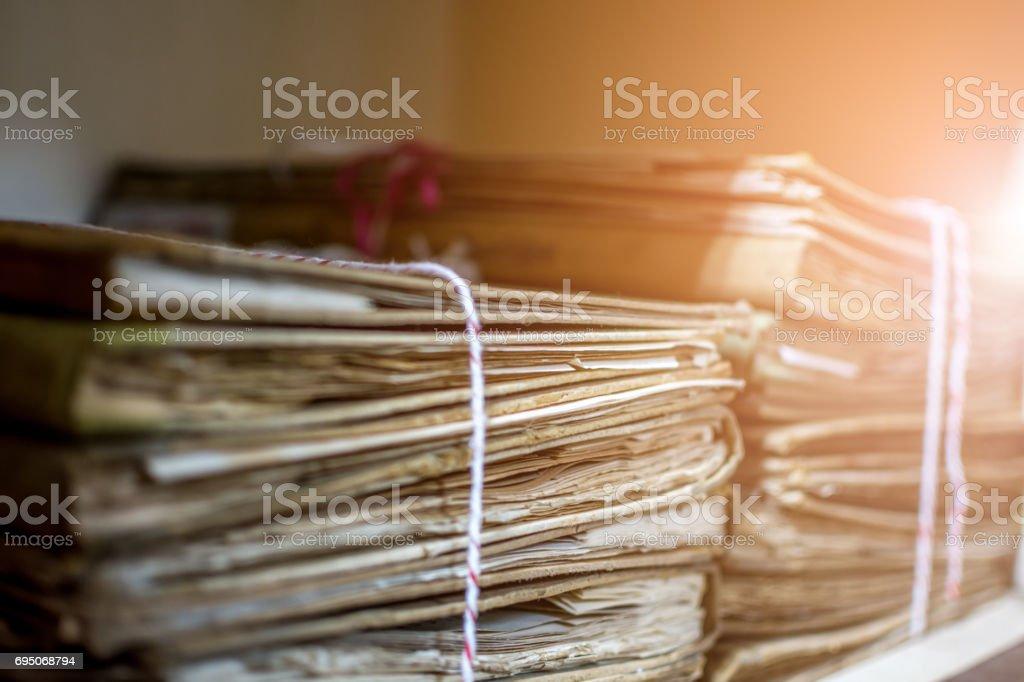 Arquivos em uma pasta de papel é um documentos antigos ou carta antiga é um antiquíssimo e antiga arquivamento por empilhar em ordem documentos papel prateleira desarrumado - foto de acervo