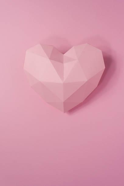 papier-herd mit schatten. rosa polygonalen papierherz - einladungskarten kostenlos stock-fotos und bilder