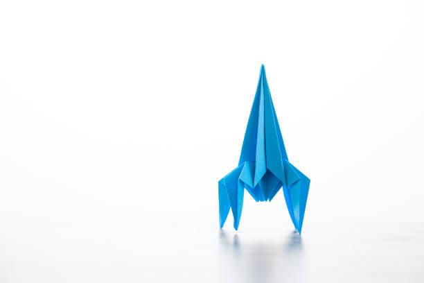 fusée de papier origami fait maison. - origami photos et images de collection