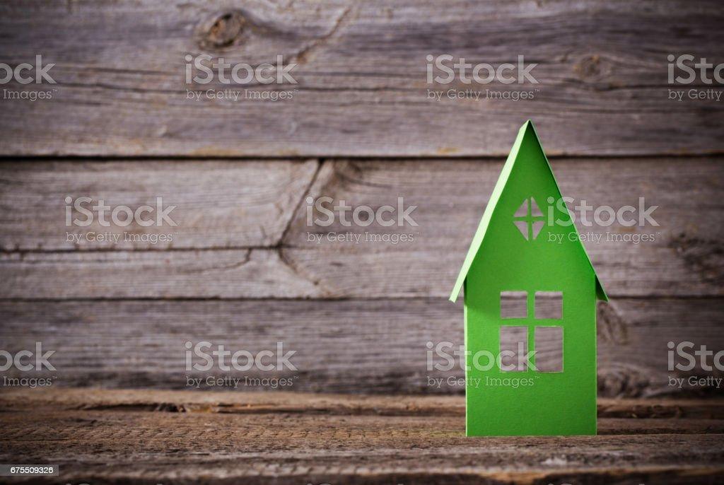 paper house on wooden background photo libre de droits