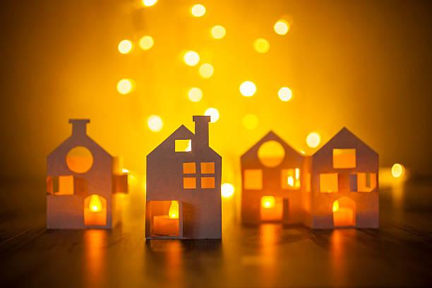 papier häuser  - weihnachtlich beleuchtete häuser stock-fotos und bilder