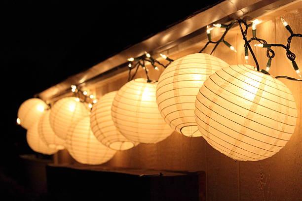 papier lanters und lichterketten - terrassen lichterketten stock-fotos und bilder