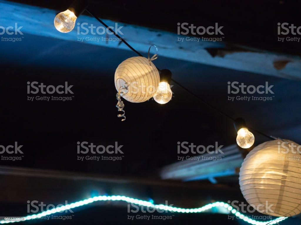 夜晚的晚會上有紙燈被捆起來 - 免版稅光圖庫照片