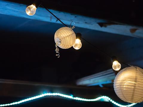 夜晚的晚會上有紙燈被捆起來 照片檔及更多 光 照片