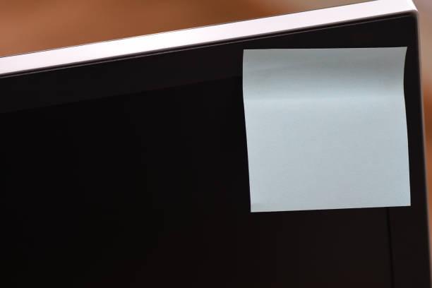 paper memo sticker in the corner of the monitor screen - post it notes zdjęcia i obrazy z banku zdjęć