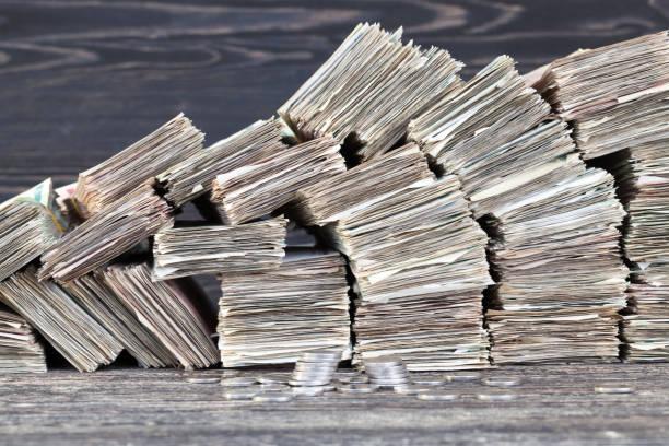 pappers-pengar - dirty money bildbanksfoton och bilder