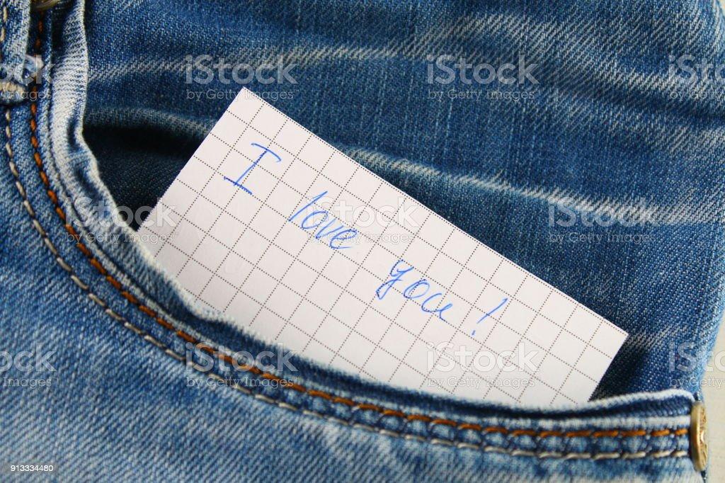 e2388593886 Nota de papel con la inscripción te amo, con amor asoma del bolsillo de los