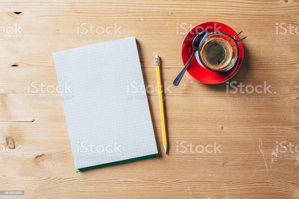 Papier Notizbuch mit Stift und Kaffee auf einem Holztisch – Foto