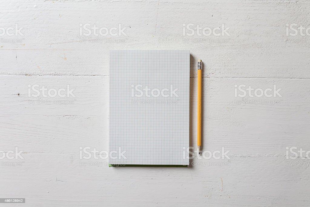 Papier Notizbuch mit Stift auf weißem Holz-Tisch – Foto