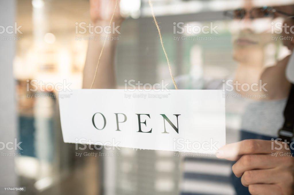 Papier-Mitteilung sagt offen gehalten von Kellner hinter transparenten Tür der Cafeteria - Lizenzfrei Arbeiten Stock-Foto