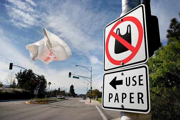 papier ou en plastique - sac en plastique photos et images de collection