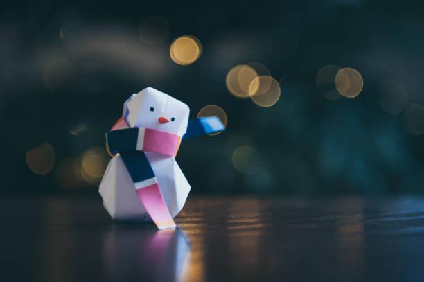 papier-origami-schneemann mit schal, weihnachtsdekoration - weihnachtskarte stock-fotos und bilder