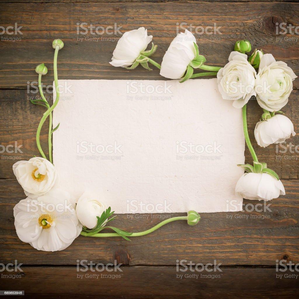 종이 엽서 그리고 나무가 우거진 배경에 흰 꽃. 평면 위치, 최고 볼 수 있습니다. 빈티지 배경입니다. royalty-free 스톡 사진