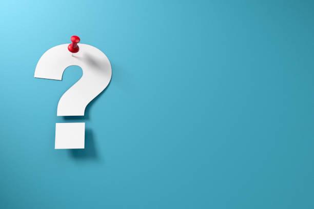 ponto de interrogação de papel com thumbtack no papel azul - question - fotografias e filmes do acervo