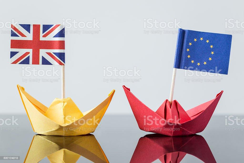 Nave di carta con bandiera inglese ed europea - foto stock