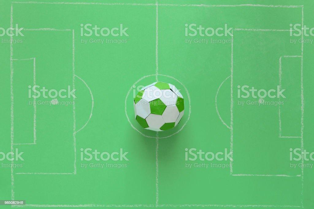 Pelota De Papel En El Campo De Fútbol O Fondo Verde Origami Arte De