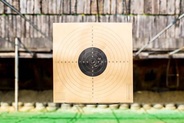 papier doel in gun range - gun shooting stockfoto's en -beelden