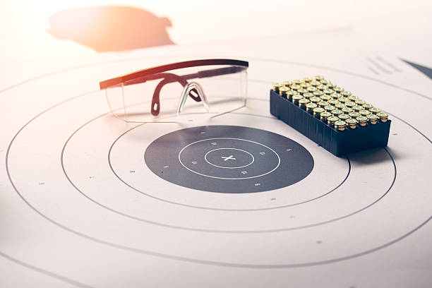paper target with safety glasses and bullet with flare – Foto