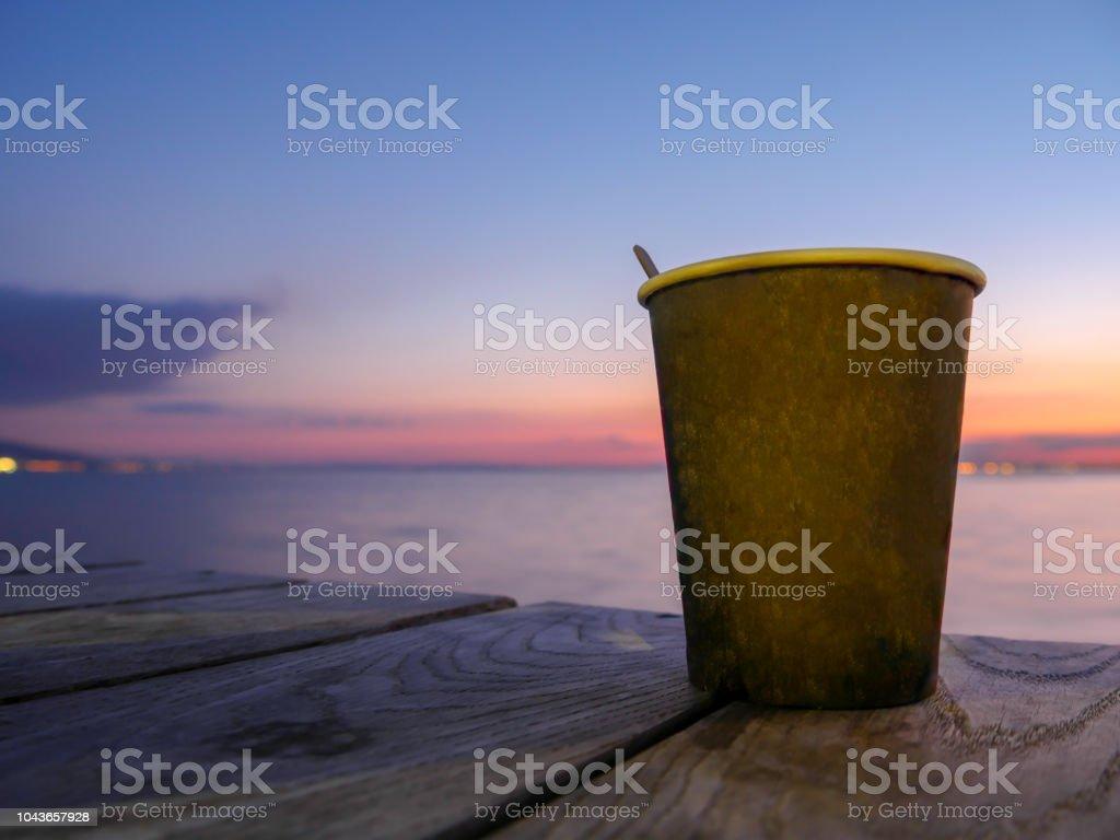 Foto De Xicara De Cha Ou Cafe Fundo Do Mar Do Sol Escuro De Manha