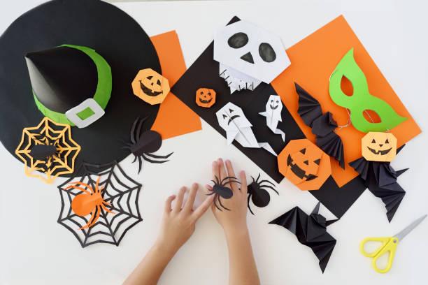 papier-spielzeug-origami für halloween. vorbereitung auf den feiertag. - origami anleitungen stock-fotos und bilder