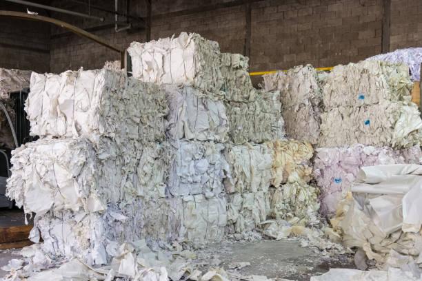Papier-Garnituren Recycling Anlage Fabrik Closeup Haufen Stecklinge Stücke im Speicher – Foto