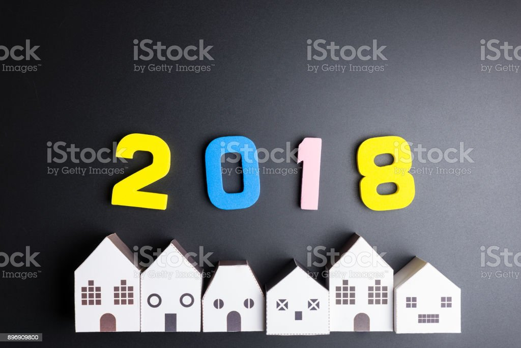 Weiße Haus Papierspielzeug und Anzahl 2018 auf schwarzem Hintergrund mit Textfreiraum. Frohes neues Konzept. – Foto