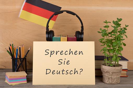 La imagen tiene un atributo ALT vacío; su nombre de archivo es paper-with-text-sprechen-sie-deutsch-flag-of-the-germany-picture-id667435506