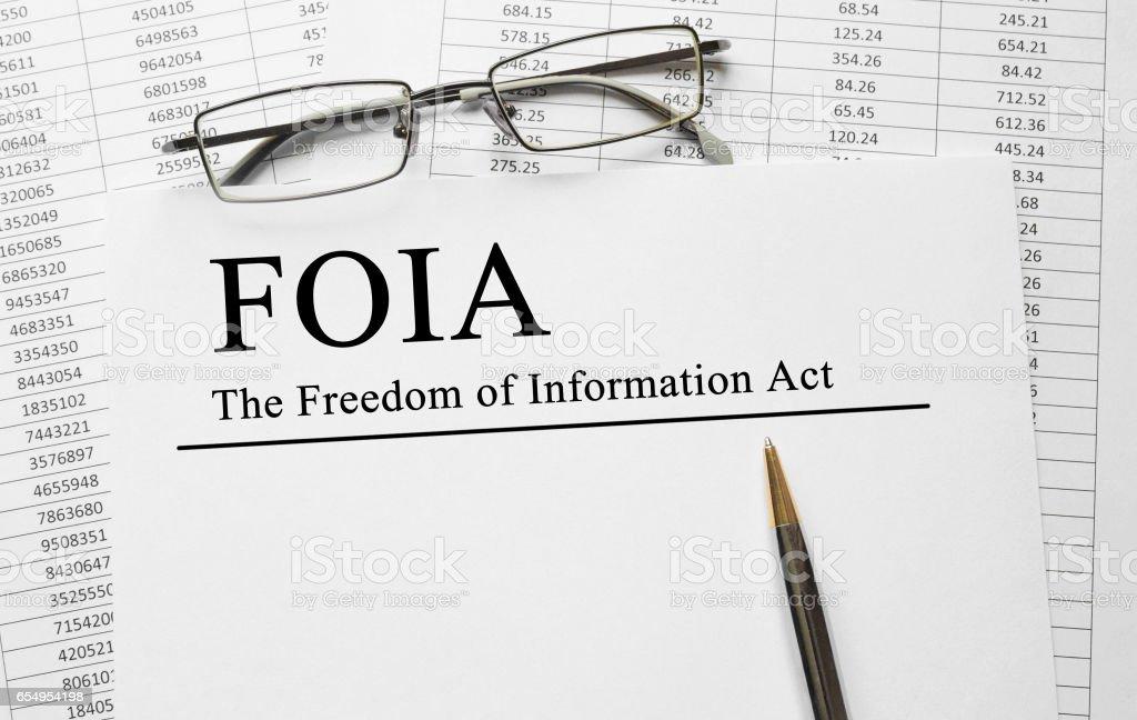 Papel con la libertad de información ley FOIA sobre una mesa - foto de stock