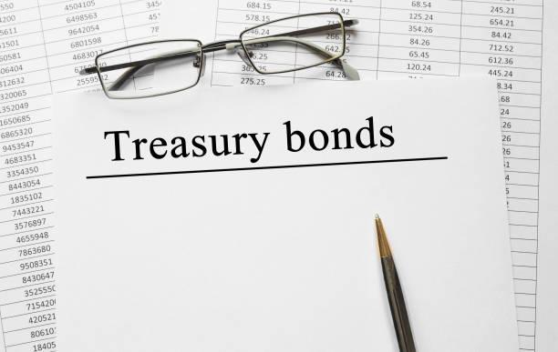 Papel con bonos del tesoro en una mesa - foto de stock