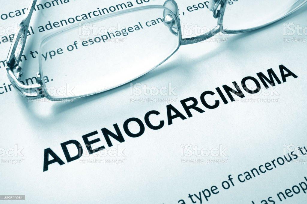 Papel com adenocarcinoma de palavra e óculos. Conceito médico. - foto de acervo