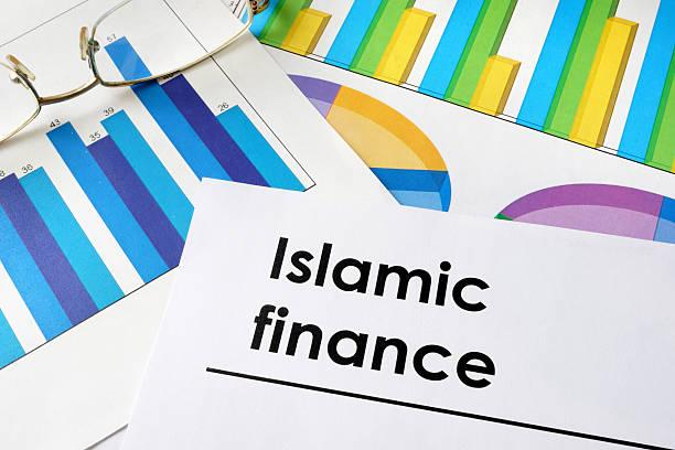 giornale con parole islamica finanza e diagrammi. - sharia foto e immagini stock