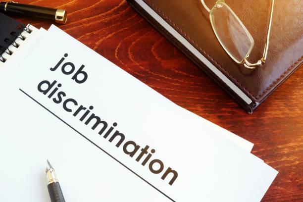 papiere über diskriminierung auf dem schreibtisch. - vorurteil stock-fotos und bilder
