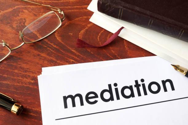 Papeles con mediación de título sobre una mesa. - foto de stock