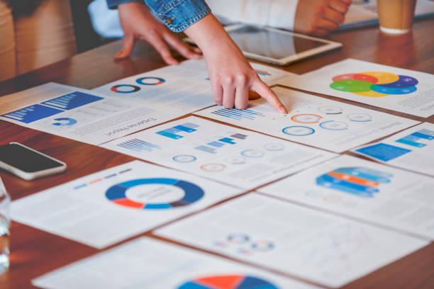 papierkrams und hände auf einem vorstandsetafel bei einer geschäftspräsentation oder einem seminar. - geschäftsstrategie stock-fotos und bilder