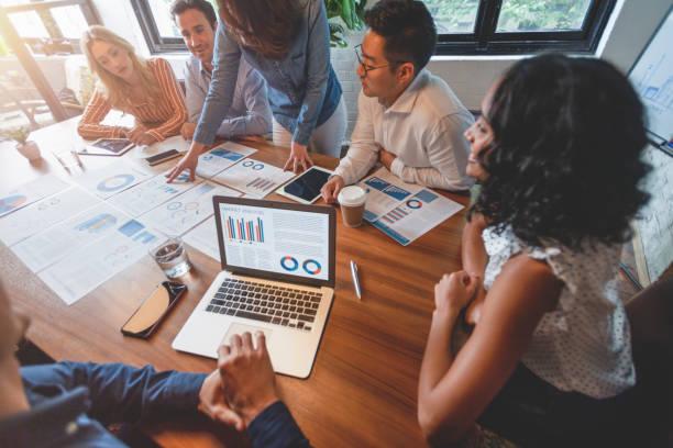 Papierkrams und Hände auf einem Vorstandsetafel bei einer Geschäftspräsentation oder einem Seminar. – Foto