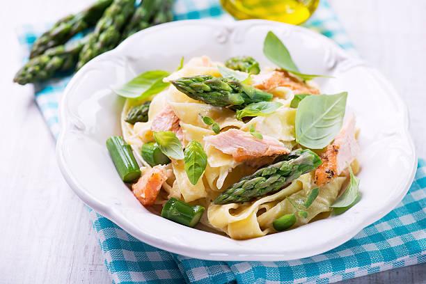 pappardelle pasta mit lachs mit grünem spargel - spaghetti mit lachs stock-fotos und bilder
